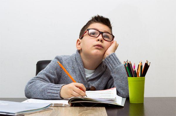 niño pensando y estudiando