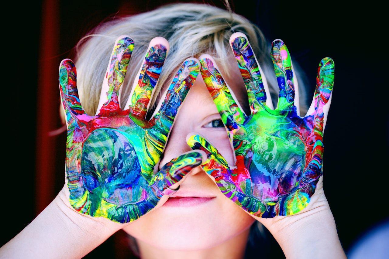 niño manos pintura