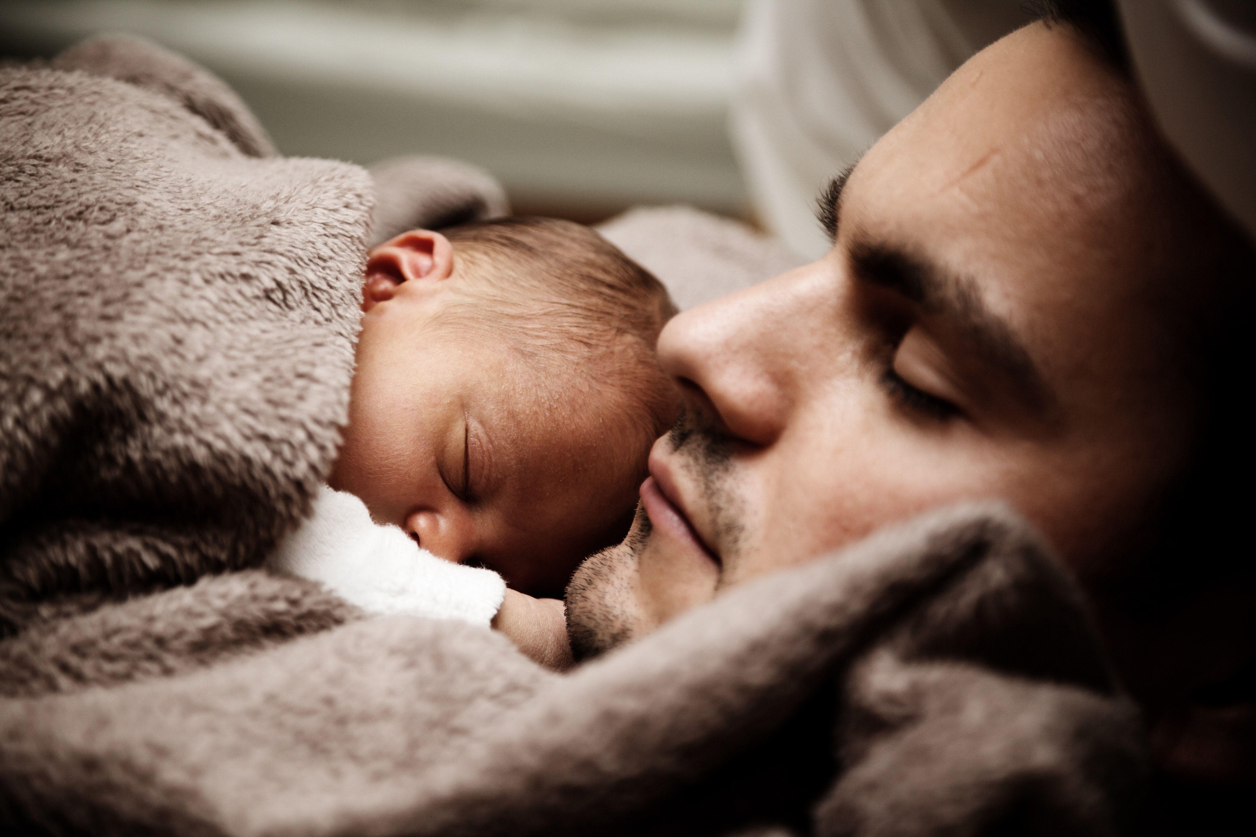 bebe y papa dormidos